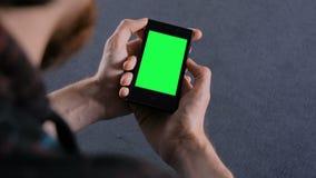 Equipe a vista do telefone esperto com tela verde vídeos de arquivo