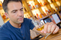Equipe a vista no álcool de vidro imagem de stock royalty free