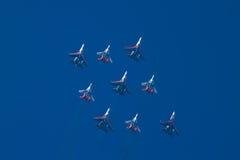 Equipes Aerobatic na formação de diamante Imagem de Stock