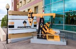Нефтедобывающая промышленность equipment Модель jack масляного насоса около офиса b Стоковое Изображение RF