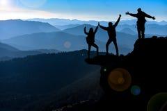 Equipo acertado del escalador y felicidad de la meta Imagen de archivo