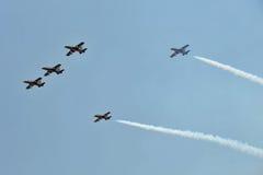 Equipo aeroacrobacia de Al Fursan con los aviones de Aermacchi MB-339 Fotos de archivo libres de regalías