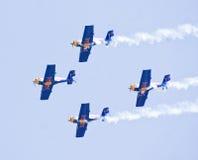 Equipo aeroacrobacia de la exhibición de Red Bull en una formación en la aero- demostración 2013 de la India Imagen de archivo