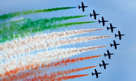 Equipo aeroacrobacia italiano en la acción en el cielo Imagen de archivo