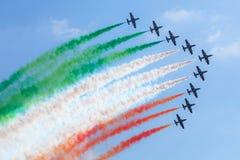 Equipo aeroacrobacia italiano en la acción en el cielo azul Foto de archivo