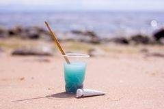 Equipo artístico: brochas, tubos de la pintura, paleta y pinturas en roca en orilla de mar de la naturaleza en el día de verano s foto de archivo