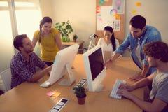 Equipo atento del negocio que trabaja en los ordenadores portátiles Imagen de archivo