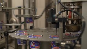 Equipo automático del embalaje de las instalaciones lecheras en el trabajo almacen de video