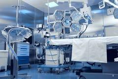 Equipo avanzado tecnológico en sala de operaciones clínica Foto de archivo libre de regalías
