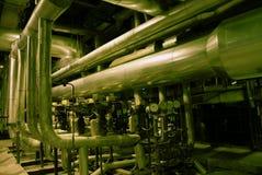 Equipo, cables y tubería en la fábrica Imágenes de archivo libres de regalías