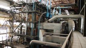 Equipo, cables y tubería según lo encontrado dentro de central eléctrica industrial escena Dentro de una planta enorme de la indu almacen de video