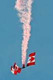 Equipo canadiense de la demostración del paracaídas de SkyHawks fotografía de archivo libre de regalías