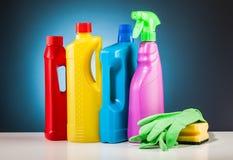 Equipo colorido de la fregona de la limpieza y fondo azul Fotografía de archivo