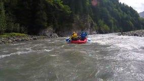 Equipo competitivo que transporta en balsa en los barcos a través de torrente rápido del río, deportes extremos almacen de metraje de vídeo