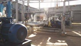 Equipo conectado por los tubos y cercado en aire abierto
