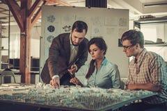 Equipo confiado de ingenieros que trabajan junto en un estudio del arquitecto Foto de archivo libre de regalías