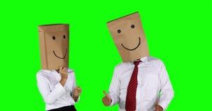 Equipo confusedAnonymous del negocio de las miradas anónimas del hombre de negocios que baila junto almacen de video