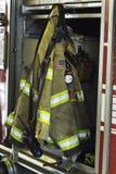 Equipo contraincendios en el coche de bomberos imágenes de archivo libres de regalías
