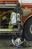 Equipo contraincendios y camión imagenes de archivo