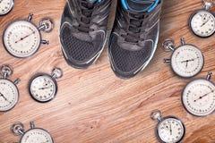 Equipo corriente Cronómetro y zapatos corrientes de los hombres Hora para el funcionamiento Accesorios corrientes del deporte en  Imagen de archivo libre de regalías