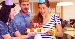 Equipo creativo del negocio que celebra su cumpleaños de los colegas