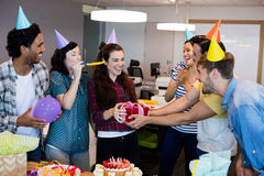 Equipo creativo del negocio que da un regalo a su universidad en su cumpleaños imagenes de archivo