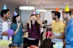 Equipo creativo del negocio que da una sorpresa a su universidad en su cumpleaños foto de archivo libre de regalías