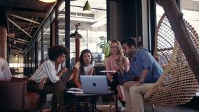 Equipo creativo del negocio usando el ordenador portátil durante la reunión metrajes