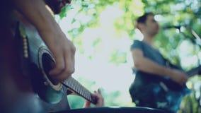 Equipo creativo que juega en un día soleado en el parque Banda de la calle de la música almacen de video