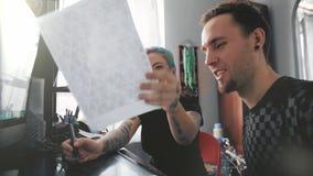 Equipo creativo que tiene una discusión sobre imágenes en la pantalla de ordenador metrajes