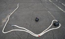Equipo, cuerda y pesos de deportes al aire libre imagenes de archivo