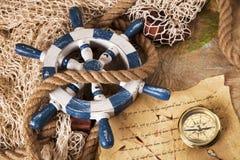 Equipo, cuerda y rueda viejos de la navegación Foto de archivo libre de regalías