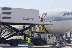 Equipo de abastecimiento y vehículo del abastecimiento de los aviones Imagen de archivo