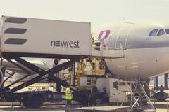 Equipo de abastecimiento y vehículo 4 del abastecimiento de los aviones Imagen de archivo