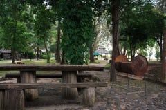 Equipo de acero de la parrilla de la barbacoa en camping imagen de archivo