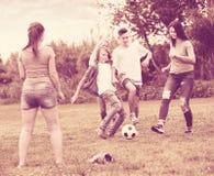 Equipo de adolescentes despreocupados que se divierten en parque Imagenes de archivo