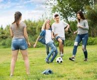 Equipo de adolescentes despreocupados que se divierten en parque Imagen de archivo libre de regalías