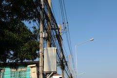 Equipo de alto voltaje en un polo eléctrico Foto de archivo libre de regalías