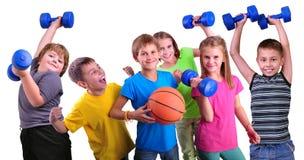 Equipo de amigos juguetones de los niños con pesas de gimnasia y la bola Imagen de archivo