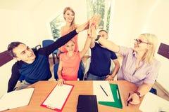 Equipo de amigos que muestran la unidad con sus manos junta Imagen de archivo