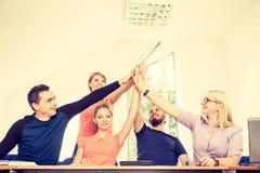 Equipo de amigos que muestran la unidad con sus manos junta Imagenes de archivo