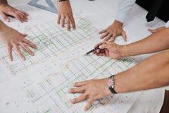 Equipo de arquitectos en sitio del construciton Imagen de archivo libre de regalías