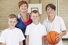 Equipo de baloncesto de With Boys School del profesor fotos de archivo libres de regalías