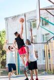 equipo de baloncesto multicultural que juega al baloncesto junto fotos de archivo libres de regalías
