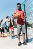 equipo de baloncesto multicultural que pasa tiempo imagen de archivo
