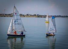 Equipo de barcos de navegación en el lago Imágenes de archivo libres de regalías