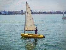 Equipo de barcos de navegación en el lago Fotos de archivo libres de regalías