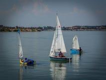 Equipo de barcos de navegación en el lago Imagen de archivo libre de regalías