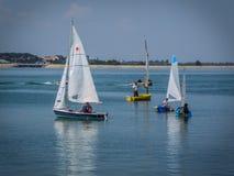 Equipo de barcos de navegación en el lago Fotografía de archivo
