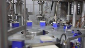 Equipo de boxeo de la leche en las instalaciones lecheras almacen de metraje de vídeo